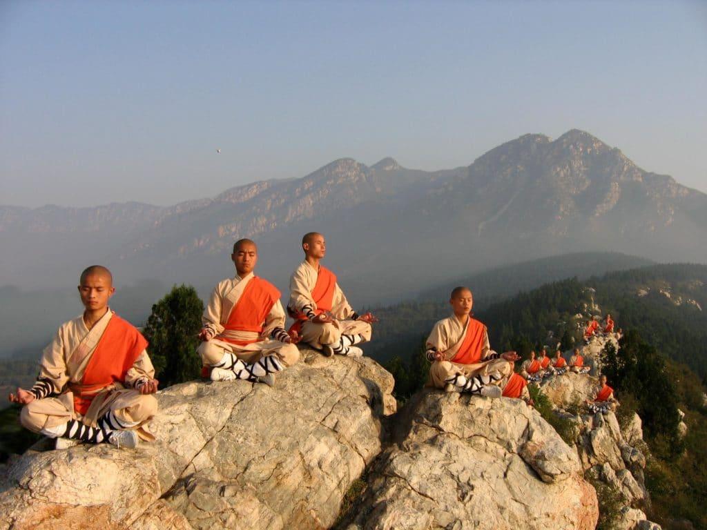Monaci Shaolin che praticano Qigon e Meditazione sui monti Song