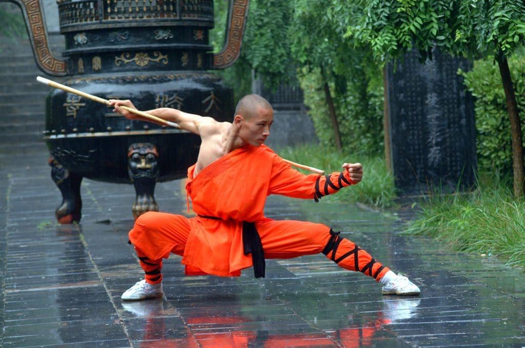 Monaco Shaolin che esegue una forma di bastone